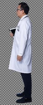 L'intera lunghezza di un medico asiatico degli anni '60 e '50 indossa un camice da laboratorio, una cartella clinica, un supporto per stetoscopio. senior medical maschio si erge lato posteriore vista posteriore su sfondo bianco isolato