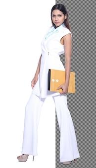 Figura intera a scatto del corpo, anni '20 asian business woman intelligente in pantaloni da abito formale, isolata. la ragazza dell'ufficio con la pelle abbronzata ha lunghi capelli lisci e neri che camminano sorridendo su sfondo bianco studio