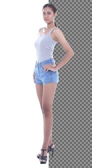 Figura intera a scatto del corpo, anni '20 asian casual donna intelligente in ampi pantaloni di jeans corti, isolata. la ragazza con la pelle abbronzata ha i capelli neri corti e lisci cammina verso il sorriso su sfondo bianco studio