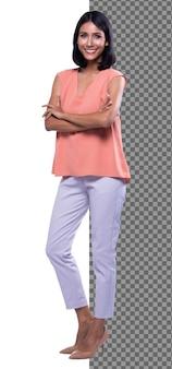 Figura intera di scatto del corpo, 20s ufficio asiatico donna astuta in pantaloni bianchi della camicia rosa, isolati. la ragazza con la pelle abbronzata ha i capelli neri corti e lisci cammina verso il sorriso su sfondo bianco studio