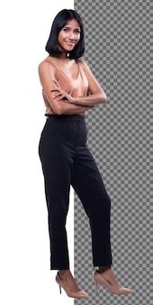 Figura intera a scatto del corpo, anni '20 ufficio asiatico donna intelligente in pantaloni neri camicia viola, isolati. la ragazza con la pelle abbronzata ha i capelli neri corti e lisci che cammina verso il sorriso su uno studio di sfondo bianco