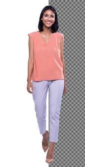 Figura intera a scatto del corpo, anni '20 ufficio asiatico donna intelligente in pantaloni bianchi camicia viola, isolati. la ragazza con la pelle abbronzata ha i capelli neri corti e lisci cammina verso il sorriso su sfondo bianco studio