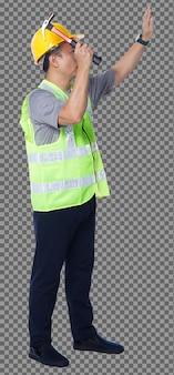 Figura intera degli anni '50 e '60 uomo anziano asiatico ingegnere costruttore indossare giubbotto di sicurezza elmetto rigido martello. chiodo colpito maschio anziano con martello su sfondo bianco isolato, vista posteriore sul lato posteriore
