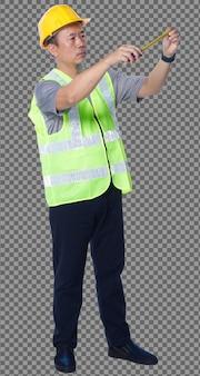 Figura intera degli anni '50 e '60 uomo anziano asiatico ingegnere indossa gli strumenti del casco del giubbotto di sicurezza. maschio senior misurare la distanza con nastro di misurazione su sfondo bianco isolato