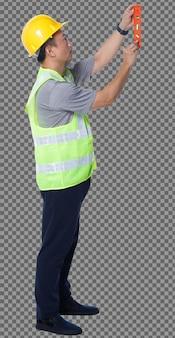 Figura intera degli anni '50 uomo anziano asiatico l'ingegnere indossa gli strumenti del casco del giubbotto di sicurezza, livello di equilibrio. vista laterale linea di equilibrio maschile senior con attrezzatura livella a bolla su sfondo bianco isolato
