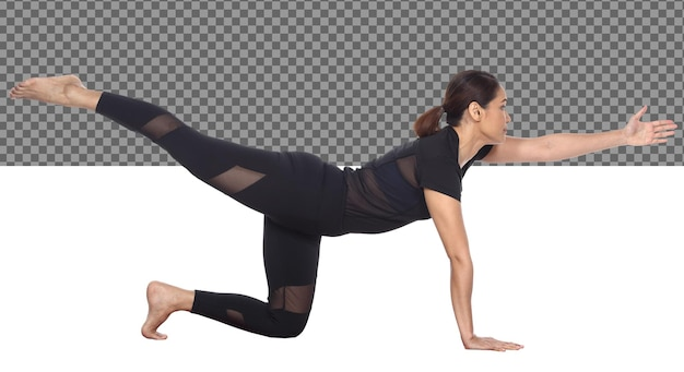 Corpo esile integrale pelle abbronzata 30s 40s asian yoga donna in abito nero spandex, isolato. sport ragazza esercizio capelli corti neri pratica yoga fitness pose in meditazione, studio sfondo bianco