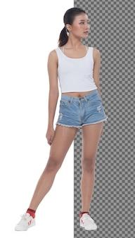 Adolescente integrale 15s 20s asian girl indossare abito gilet e pantaloni corti di jeans sneaker, isolato. la donna magra e sana sta in piedi e guarda con sicurezza la telecamera, sfondo bianco da studio
