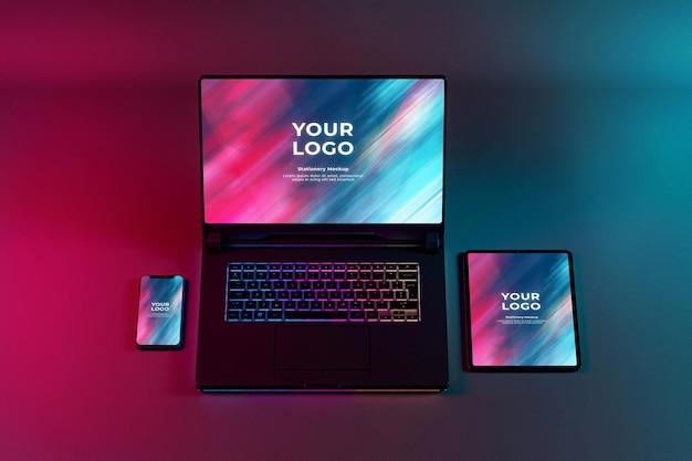 Gaming laptop telefono e tablet mockup rgb tastiera led