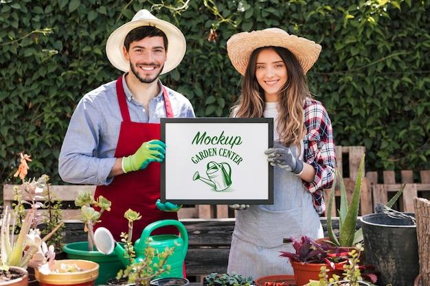 Giardinieri che tengono segno di mock-up