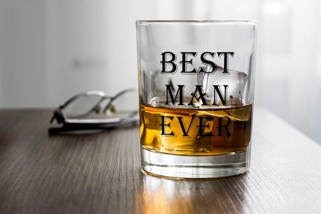 Bicchiere di alcol con cubetti di ghiaccio. mockup di prodotto, regalo per uomo.