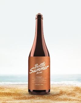 Spiaggia di mockup pubblicitari di bottiglie di vetro