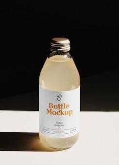 Bottiglia di vetro con etichetta mockup
