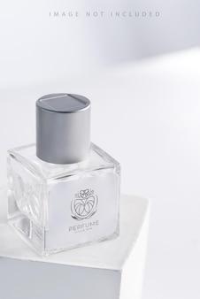 Bottiglia di profumo dell'aroma del pacchetto del prodotto di vetro su supporto con luce solare,