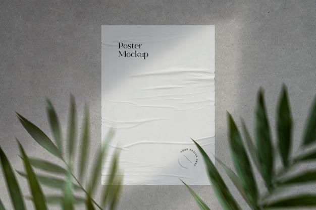 Mockup di poster incollato con ombre e vegetazione