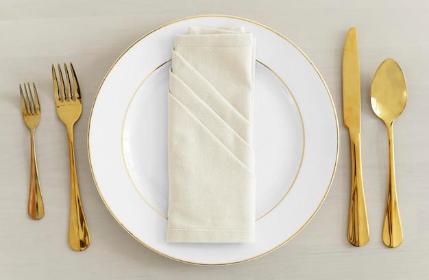 Posate d'oro da tavola flatlay