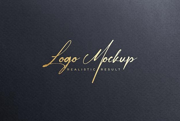 Mockup logo in lamina d'oro su carta nera