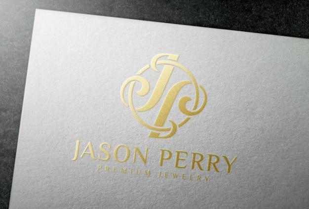 Mockup di logo con stampa a lamina d'oro su carta di carta bianca
