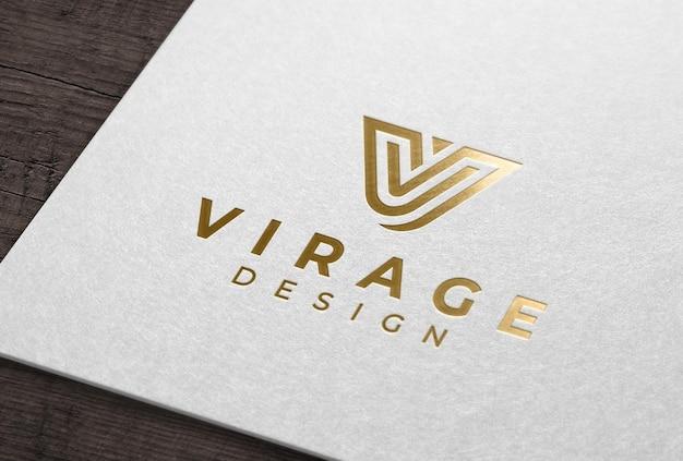 Mockup di logo con stampa a lamina d'oro su carta bianca
