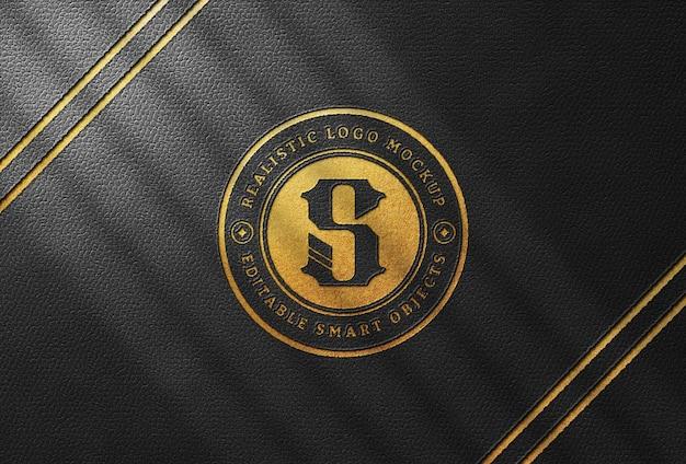 Mockup con logo stampato in oro su pelle nera