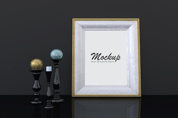Mockup di cornice per foto vuota dorata con decorazioni