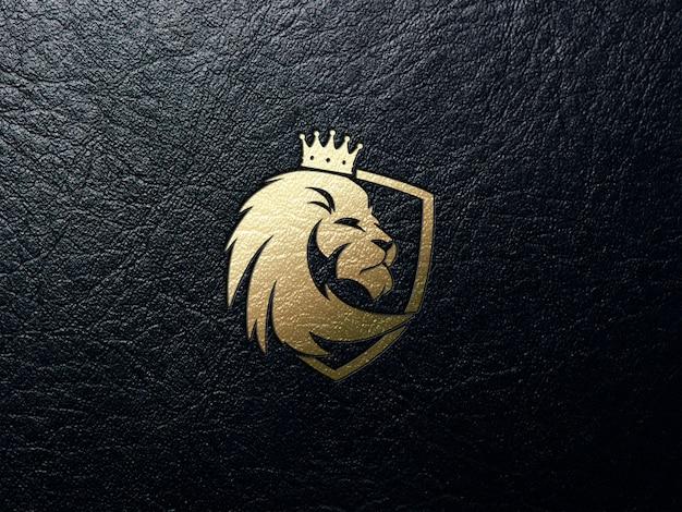 Logo leone dorato in pelle