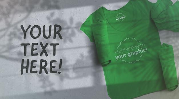 Mockup di maglietta verde su sfondo grigio chiaro sunglight shadows