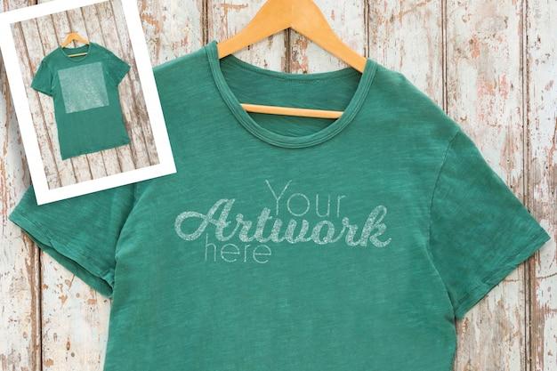 T-shirt verde con tasca su gancio