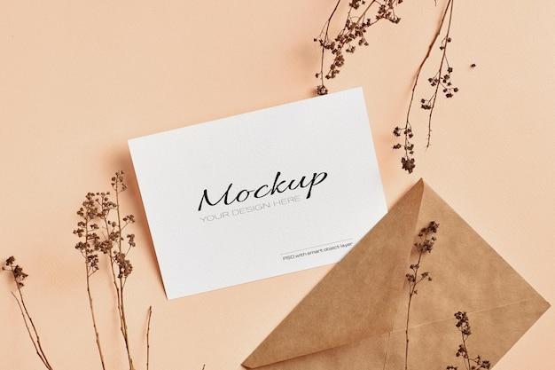 Mockup di biglietto di auguri o invito con decorazioni di ramoscelli di piante secche
