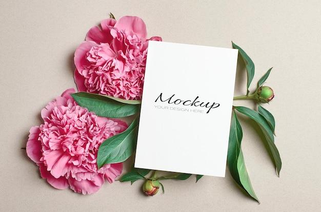 Modello fisso di biglietto di auguri o invito con fiori di peonia rosa