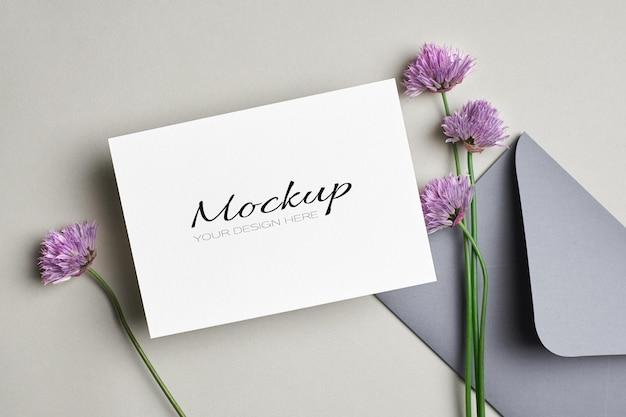 Biglietto di auguri o invito con busta mockup con fiori Psd Premium