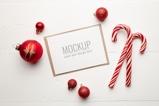 Mockup di biglietto di auguri con bastoncini di zucchero e decorazioni natalizie