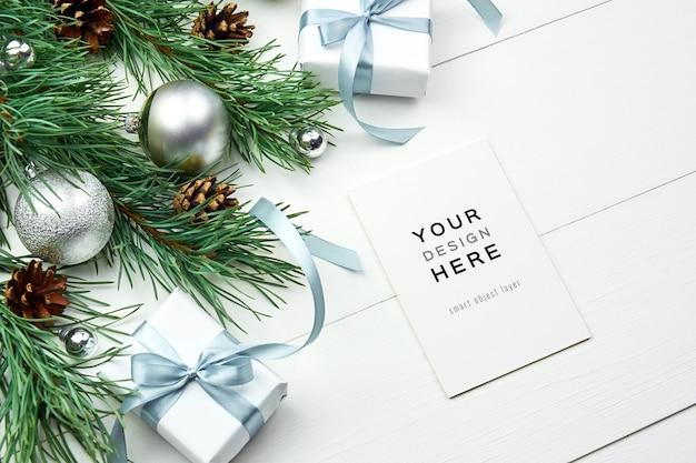 Mockup di biglietto di auguri con decorazioni natalizie