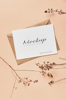 Mockup di biglietto di auguri con decorazioni di ramoscelli di piante naturali secche