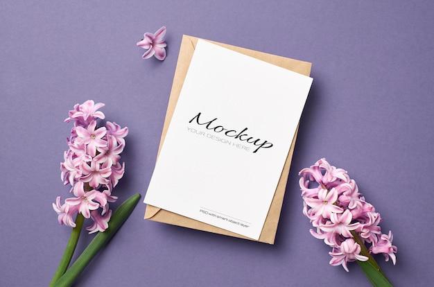 Mockup di biglietto di auguri con busta e fiori di giacinto rosa
