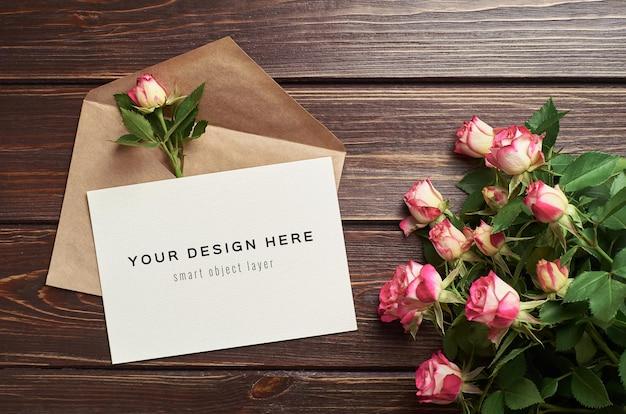 Mockup di biglietto di auguri con busta e fiori di rose