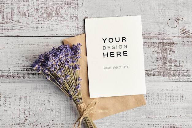 Mockup di biglietto di auguri con design di fiori di lavanda