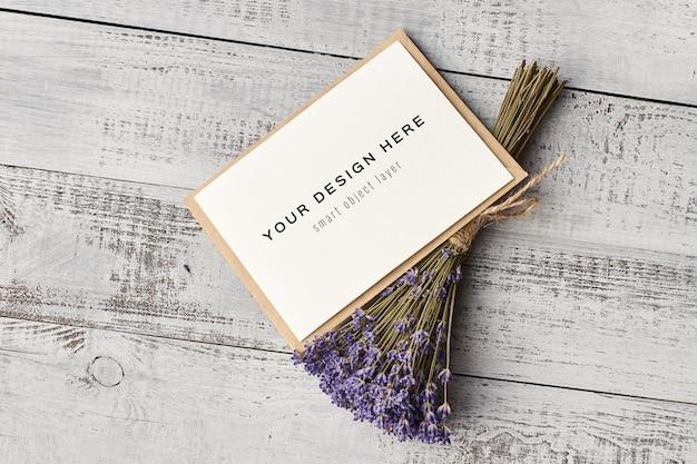 Mockup di biglietto di auguri con fiori di lavanda