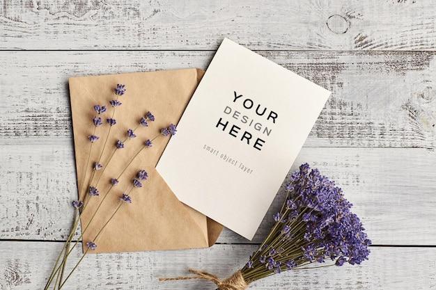Mockup di biglietto di auguri con bouquet di fiori di lavanda naturale