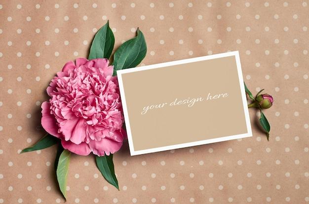 Modello di biglietto di auguri con fiori di peonia rosa