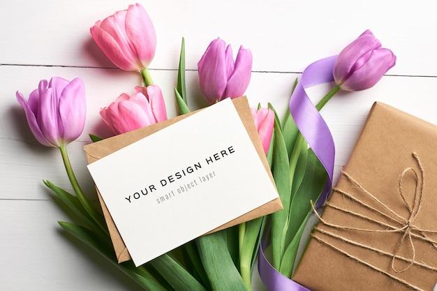 Mockup di biglietto di auguri con tulipani viola e confezione regalo