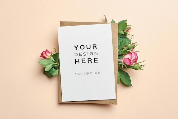 Mockup di biglietto di auguri con disegno di fiori di rose