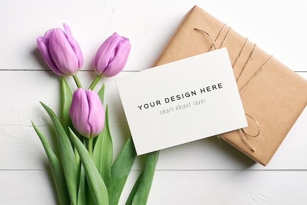 Mockup di biglietto di auguri con fiori di tulipano e confezione regalo