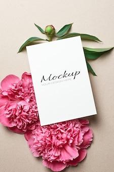 Modello stazionario di biglietto di auguri con fiori di peonia rosa