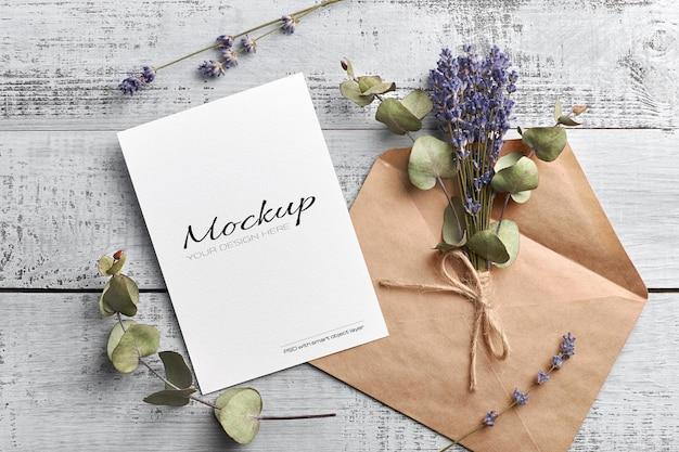 Mockup di biglietto di auguri o invito con lavanda secca ed eucalipto