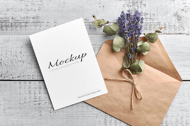 Mockup di biglietto di auguri o invito con busta e lavanda secca