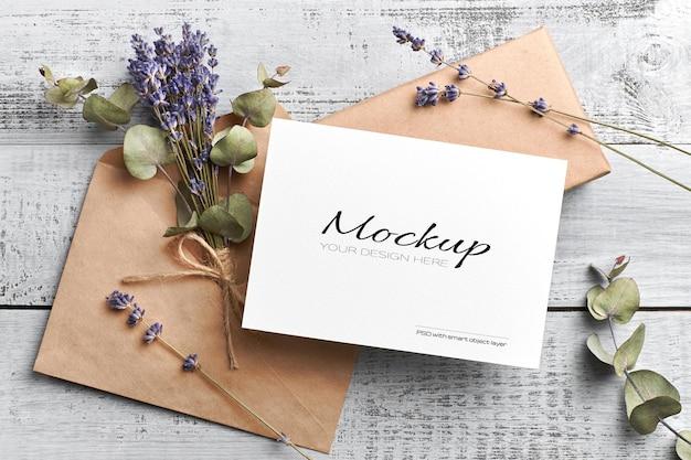 Mockup di carta di auguri o invito con busta