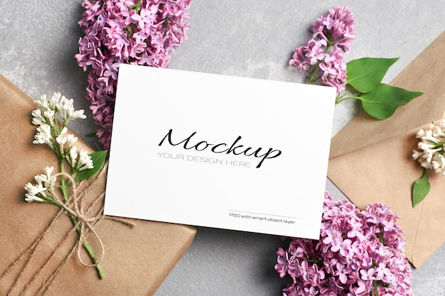 Modello di biglietto di auguri o invito con confezione regalo, busta e fiori lilla