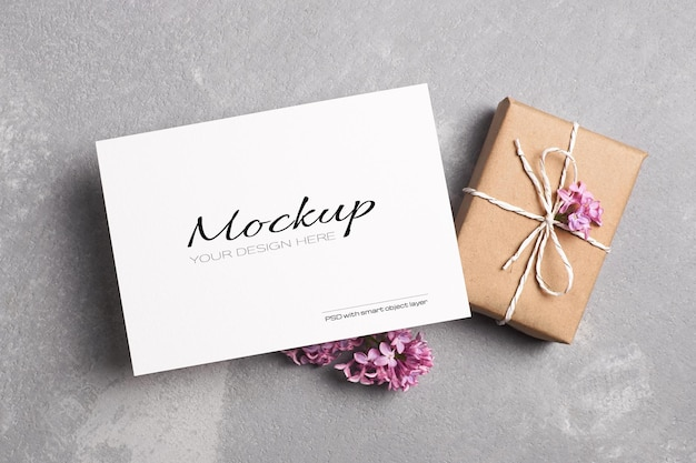 Modello fisso di biglietto di auguri o invito con confezione regalo e fiori lilla