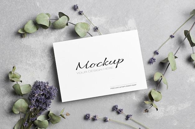 Mockup di biglietti di auguri o di invito a nozze con fiori di lavanda ed eucalipto secchi