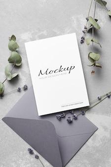 Modello di biglietto di auguri o invito a nozze con busta, lavanda e ramoscelli di eucalipto secco
